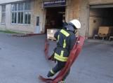 """Tariamas gaisras """"Šilutės baldai"""" įmonėje"""