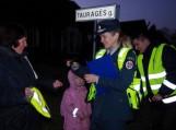 Ankstų penktadienio rytą Šilutėje pareigūnai ragino eismo dalyvius segėti atšvaitus