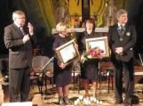 """Antrąjį Šilutės """"Rotary"""" apdovanojimą Evangelikų liuteronų labdaros organizacijai """"Šilutės Sandora""""  įteikė klubo prezidentas A. Kvederis ir jo sekretorius A.Bekeris. Nuotraukos Edvardo Lukošiaus"""
