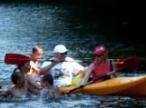 Išdykaudami vaikai Šyšos upėje apvertė Šilutės r. savivaldybės merės D. Žebelienės ir šilutiškio E. Jurjono irkluojamą baidarę. Nuotraukos Edvardo Lukošiaus