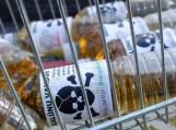 """""""Skalūnų vanduo"""", kurio užpildyti buteliukai buvo dalijami Vilniuje vykusio mitingo metu. Nuotrauka Sonatos Dirsytės"""