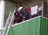 Garbaus amžiaus senolis nuo aitrių dūmų gelbėjosi stovėdamas balkone.