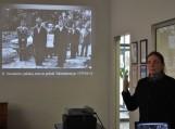 p. Laimutė Kitkauskienė pristato memorialo Tolminkiemyje sukūrimo istoriją
