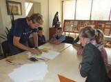 Bibliotekoje moksleiviai kūrė knygos ženklą – ekslibrisą