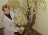Degutiškė Nijolė Stanelienė pristatė savo kurtus šiaudų sodus. Nuotraukos Elenos Dragūnienės