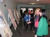 Prie šilutiškių parodos: konsultacijos lankytojams. Pirma iš kairės: F. Bajoraičio viešosios bibliotekos Informacijos skyriaus vedėja Laima Dumšienė