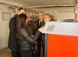 Savivaldybės atstovai su svečiais iš Japonijos apžiūrėjo naujai įrengtą biokuro katilinę. Nuotraukos Šilutės r. savivaldybės