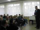 Punsko gimnazijos direktorius ir bendruomenės pirmininkas Jonas Vybra sveikina publiką