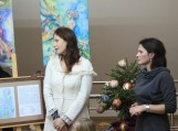 Nuotraukoje (iš kairės) menininkės Eglė Lipinskaitė ir Daiva Kostiuškienė papasakojo apie šių darbų kūrimo ypatumus. Nuotraukos Donato Dobilinsko