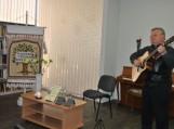 Poetas Jonas Endrijaitis atlieka savo poezijos pagrindu sukurtas dainas