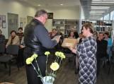 Pagėgių savivaldybės viešosios bibliotekos direktorė Elena Stankevičienė sveikina poetą Joną Endrijaitį