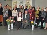 Bendra nuotrauka atminčiai su rašytoja Stase Valužiene, jos šeima, draugais, rėmėjais ir Pagėgių savivaldybės viešosios bibliotekos bendruomene. Nuotraukos Astos Andrulienės
