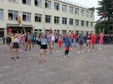 Gimnazijos trečiokai pasitiko abiturientus nuotaikingu šokiu.