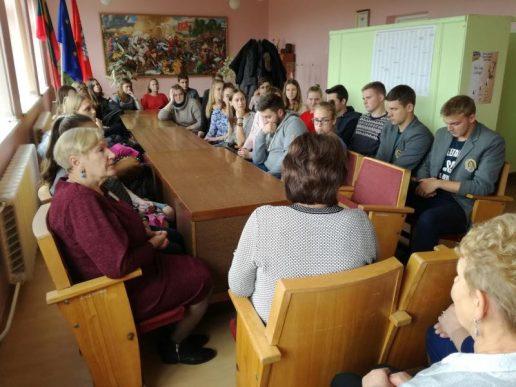 Abiturientai dalyvavo pilietiškumo pamokoje su seniūnijos specialistais. Nuotrauka Laimono Žvirblio