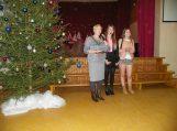 5-8 klasių renginio vedėjos Jolanta Stirbytė ir Julija Dragenytė bei direktoriaus pavaduotoja neformaliam ugdymui Virginija Tamašauskienė