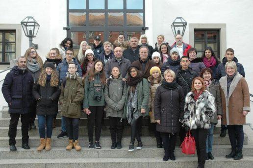 Erasmus + projekto šalių atstovai Hassfurt mieste prie savivaldybės. Nuotrauka Vaidos Vytuvienės