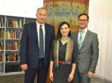(Iš kairės): Pagėgių savivaldybės meras Virginijus Komskis, Pagėgių savivaldybės viešosios bibliotekos direktorė Milda Jašinskaitė-Jasevičienė ir tarpdisciplininių menų kūrėjas Julius Žėkas.
