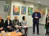Pagėgių savivaldybės meras Virginijus Komskis dėkoja dr. Algirdui Matulevičiui ir įteikia autoriui Pagėgių kraštą reprezentuojantį leidinį, o jo patarėja Rita Vidraitė – gėlių žiedus