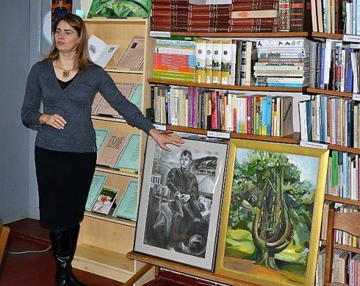 Pagėgių krašto kūrėja Lina Ambarcumian pristato savo tapybos darbų parodą. Nuotraukų autorė Asta Andrulienė