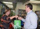 l.e. Pagėgių sav. Vydūno viešosios bibliotekos direktorės pareigas Ramutė Vaitkuvienė dėkoja parodos vadovui Valdui Gečui