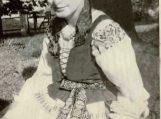 Eva Banaitytė tautiniais lietuvininkų rūbais. Nuotraukos Šilutės muziejaus