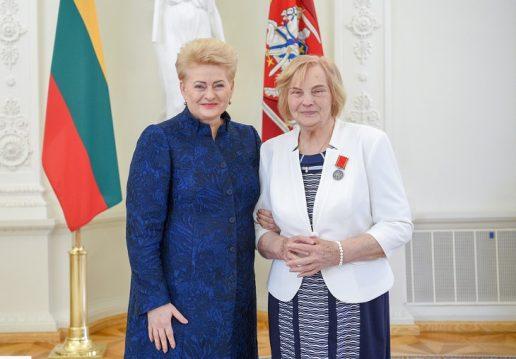 Prezidentė apdovanojo daugiavaikę mamą Oną Venckienę. Nuotraukos President.lt