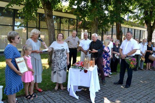 Kraštietei Giedrei Skipitienei (pirma iš kairės) suteikiamas Pagėgių krašto garsintojos vardas ir įteikiama Jūratės Caspersen įsteigta piniginė premija. Nuotraukų autorė Asta Andrulienė