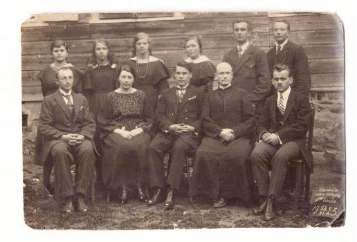 Naumiesčio vidurinės mokyklos pirmoji laida 1923 m. birželio 23 d. Mokiniai: Raisa Paleninaitė, Danutė Stancikaitė, Valė Idzelytė, Stasys Jurjonas, Šikšnius. Mokytojai (iš kairės): Jonas Aliaskinas, Marytė Stankevičienė, Ignas Stankevičius, kunigas Valerijonas Knipavičius, Reinholdas Gelžinis. Nuotraukos muziejaus