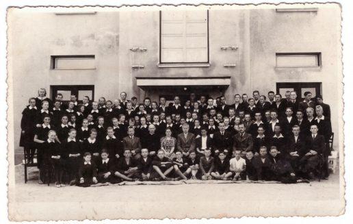 1939 - 1940 m. abiturientai su mokytojais. Nuotraukos Žemaičių Naumiesčio muziejaus