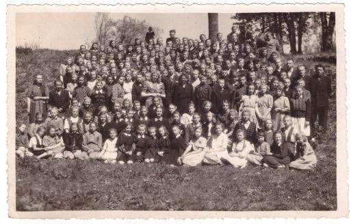 Žemaičių Naumiesčio vidurinės mokyklos moksleiviai Žaliakalnyje 1951 m po mokslo metų.