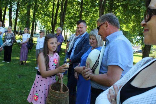 6. Moksleiviai įteikia tremtiniams po simbolinę Lietuvos tautinių spalvų žvakelę. Nuotraukų autorė – Ramutė Vaitkuvienė