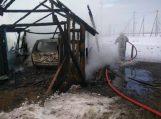 Sudegė medinis garažas ir automobilis