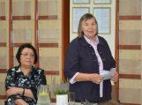 Mokytoja Irena Arlauskienė bibliotekoje pristatė naują knygą, sugrąžinančią į Tolminkiemį