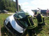 Šalia Švėkšnos apsivertė moters ką tik įsigytas automobilis