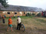 Lapynuose degė padegtas ūkinis pastatas