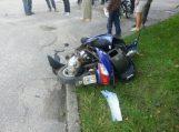 Girtas motorolerio vairuotojas po smūgio į automobilį be sąmonės išvežtas į ligoninę
