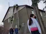 Anteną reguliavęs senolis užstrigo ant stogo