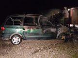 Naktį prie namo užsidegė automobilis