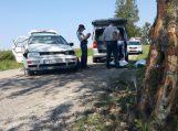 Motiną vežęs vyras 600 metrų kelyje neišvengė vienintelio pakelės medžio. Keleivė žuvo