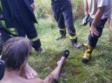 Į tvenkinį šokusio jaunuolio koją pervėrė viela