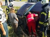 Išgėrusią damą vežęs girtas vairuotojas vertėsi į pakelės griovį