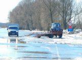 Kelias į Rusnę uždarytas, automobiliai nebekeliami