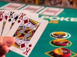 Pokeris internete – kaip išmokti žaisti pokerį neiškėlus kojos iš namų?