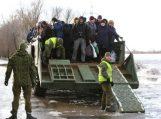 Per apsemtą kelią rusniškius kilnoja kariškiai