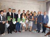 Pasveikinti aukščiausiais įvertinimais brandos egzaminus išlaikę abiturientai