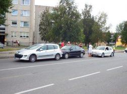 Prie perėjos susidūrė trys automobiliai