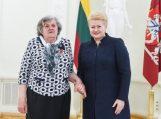 """Daugiavaikę mamą Janiną Domeikienę medaliu """"Už nuopelnus Lietuvai"""" apdovanojo Prezidentė D. Grybauskaitė"""