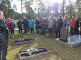Ant vienišų kapų sužibo žvakių liepsnos