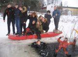 Pagėgių jaunieji šauliai – ugniagesiai supažindinti su saugiu elgesiu ant ledo