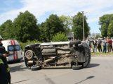 Pensininkas apvertė pagrindiniu keliu važiavusį automobilį